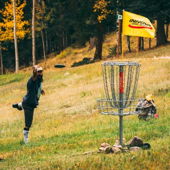 disc golfer throwing a putt